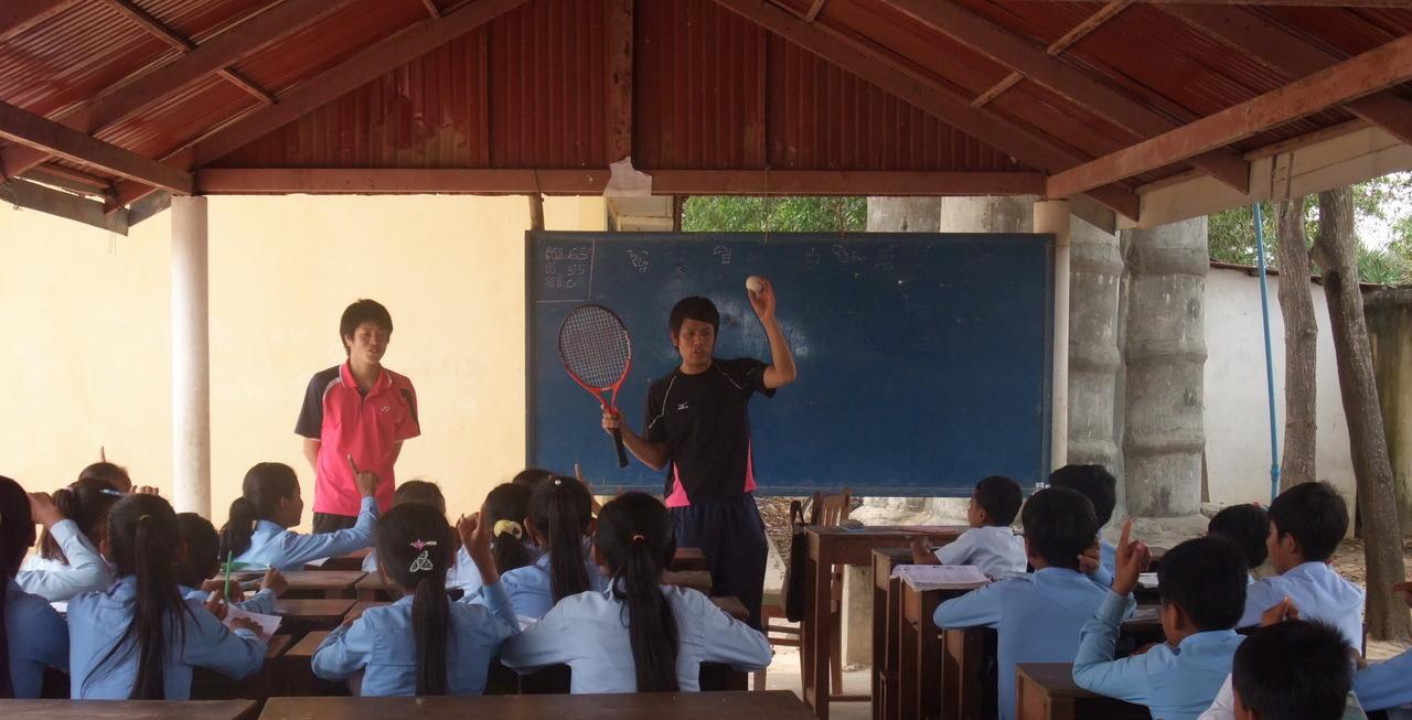 学校でソフトテニスを教える荻原さん